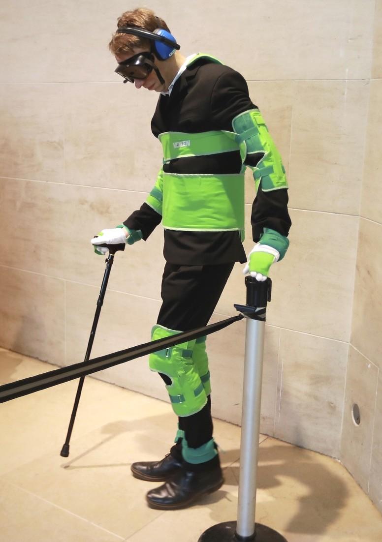 Une combinaisons de simulation de vieillissement au musée du Louvre